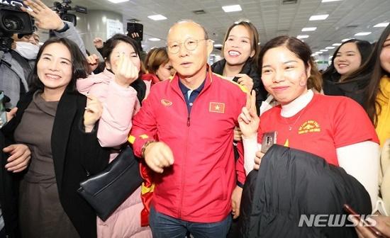 Thầy trò HLV Park Hang Seo được người hâm mộ vây kín tại sân bay Hàn Quốc - Ảnh 2