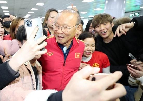 Thầy trò HLV Park Hang Seo được người hâm mộ vây kín tại sân bay Hàn Quốc - Ảnh 1