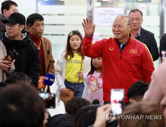 Thầy trò HLV Park Hang Seo được người hâm mộ vây kín tại sân bay Hàn Quốc - Ảnh 3