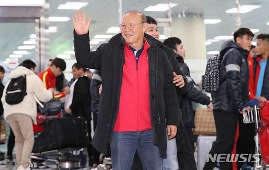 Thầy trò HLV Park Hang Seo được người hâm mộ vây kín tại sân bay Hàn Quốc - Ảnh 4