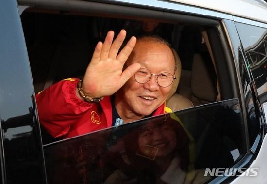 Thầy trò HLV Park Hang Seo được người hâm mộ vây kín tại sân bay Hàn Quốc - Ảnh 5