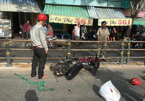 Tin tai nạn giao thông mới nhất ngày 17/12/2019: Chồng chết, vợ nguy kịch sau va chạm với xe tải - Ảnh 2