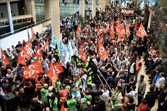 Giao thông tại Pháp tê liệt trầm trọng vì biểu tình phản đối cải cách lương hưu - Ảnh 1