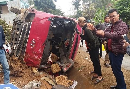 Tin tai nạn giao thông mới nhất ngày 29/12/2019: Xe khách lật nghiêng, 12 người bị thương - Ảnh 1