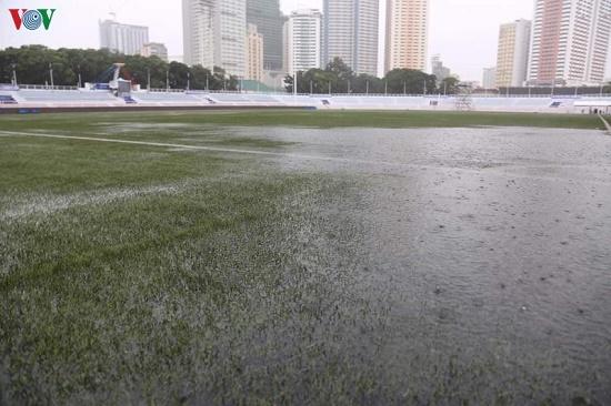 Mặc trời mưa bão, trận đấu U22 Việt Nam - U22 Singapore vẫn diễn ra - Ảnh 2