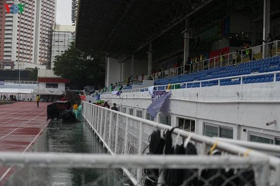 Mặc trời mưa bão, trận đấu U22 Việt Nam - U22 Singapore vẫn diễn ra - Ảnh 3