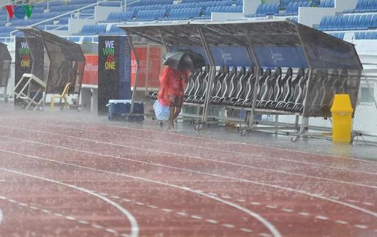 Mặc trời mưa bão, trận đấu U22 Việt Nam - U22 Singapore vẫn diễn ra - Ảnh 4