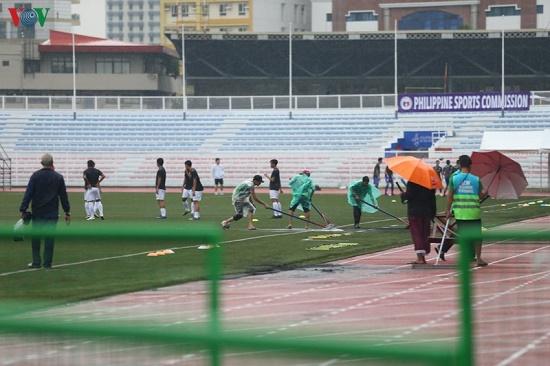 Mặc trời mưa bão, trận đấu U22 Việt Nam - U22 Singapore vẫn diễn ra - Ảnh 5