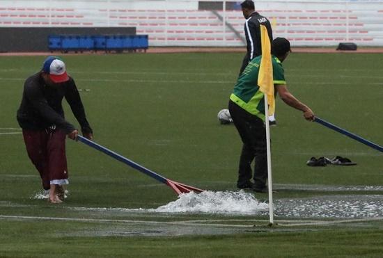 Mặc trời mưa bão, trận đấu U22 Việt Nam - U22 Singapore vẫn diễn ra - Ảnh 6