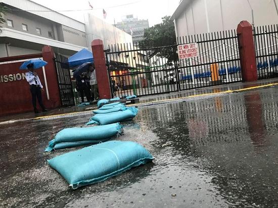 Mặc trời mưa bão, trận đấu U22 Việt Nam - U22 Singapore vẫn diễn ra - Ảnh 7