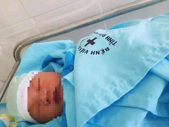 Xót xa bé sơ sinh bị mẹ bỏ rơi ngay trong bệnh viện - Ảnh 1