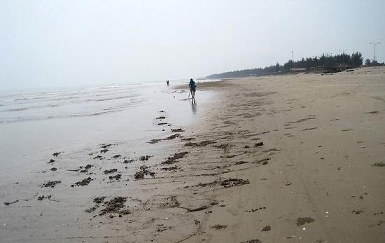 Thi thể người đàn ông trên tay trái có hình xăm 4 chữ số trôi dạt vào bờ biển - Ảnh 1
