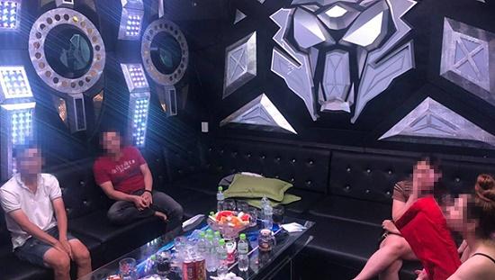 """Đồng Nai: Phát hiện 19 nam thanh nữ tú """"phê"""" ma túy trong quán karaoke - Ảnh 1"""