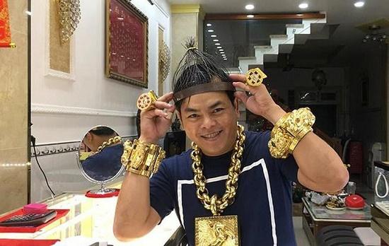 Đại gia đeo vàng giả Phúc XO bị truy tố tới 15 năm tù - Ảnh 1