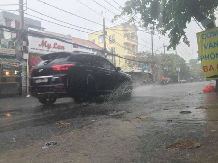 """Sau nhiều ngày nắng nóng, TP. Hồ Chí Minh đón mưa """"vàng"""" giải nhiệt - Ảnh 4"""