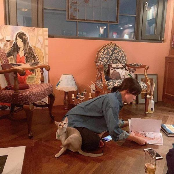 Song Hye Kyo tự gắn tên chồng lên túi xách để thể hiện tình yêu - Ảnh 2
