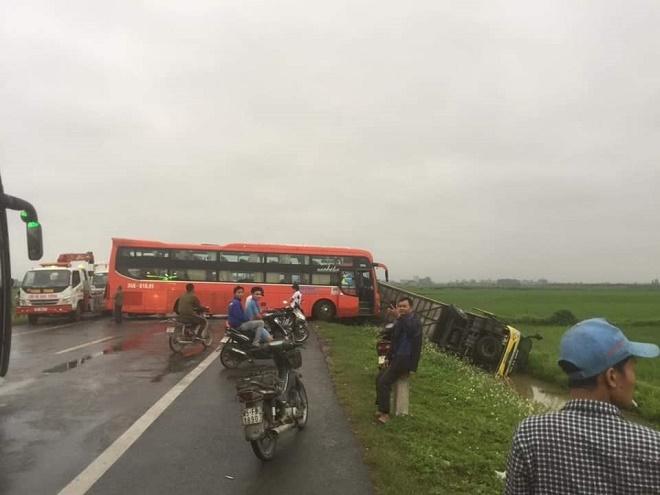 Nam Định: Tai nạn liên hoàn giữa 4 xe ô tô, một xe khách văng xuống ruộng - Ảnh 1