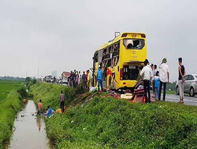 Nam Định: Tai nạn liên hoàn giữa 4 xe ô tô, một xe khách văng xuống ruộng - Ảnh 2