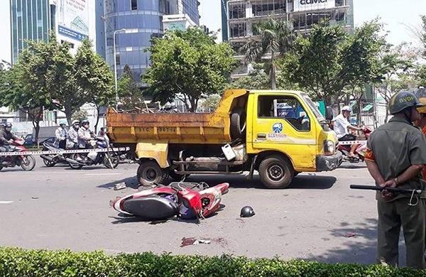 Đâm vào đuôi ô tô dọn vệ sinh, người phụ nữ bị thương nặng - Ảnh 1