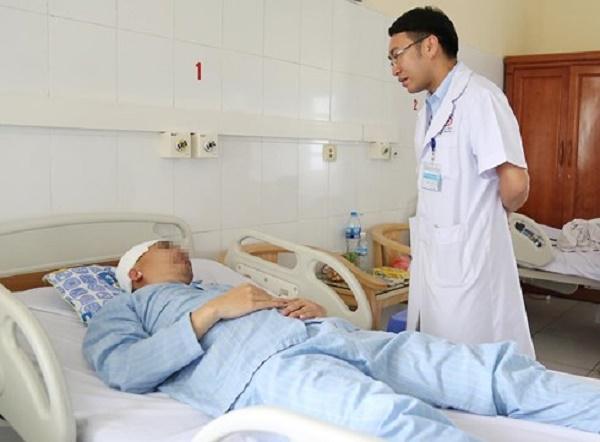 Quảng Ninh: Người đàn ông bị vỡ xương sọ, chảy máu não khi chơi đá bóng - Ảnh 1
