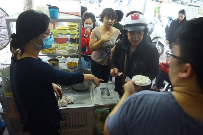 Người dân Hà Nội xếp hàng dài mua bánh trôi, bánh chay trong ngày Tết Hàn thực - Ảnh 2