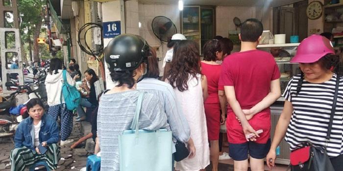 Người dân Hà Nội xếp hàng dài mua bánh trôi, bánh chay trong ngày Tết Hàn thực - Ảnh 3
