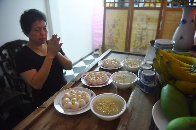 Người dân Hà Nội xếp hàng dài mua bánh trôi, bánh chay trong ngày Tết Hàn thực - Ảnh 8