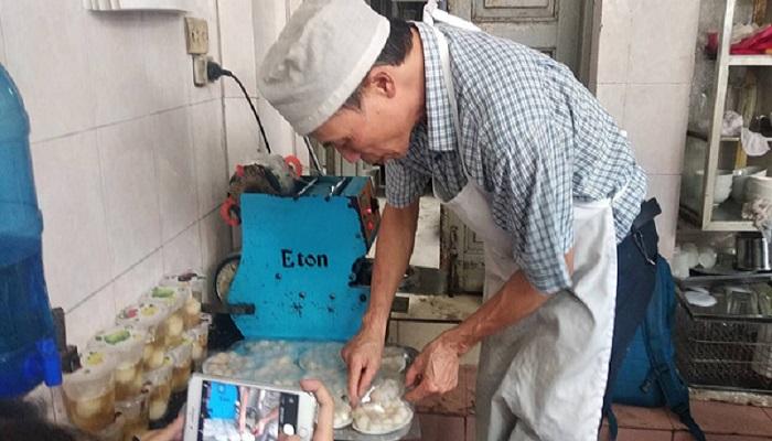 Người dân Hà Nội xếp hàng dài mua bánh trôi, bánh chay trong ngày Tết Hàn thực - Ảnh 5
