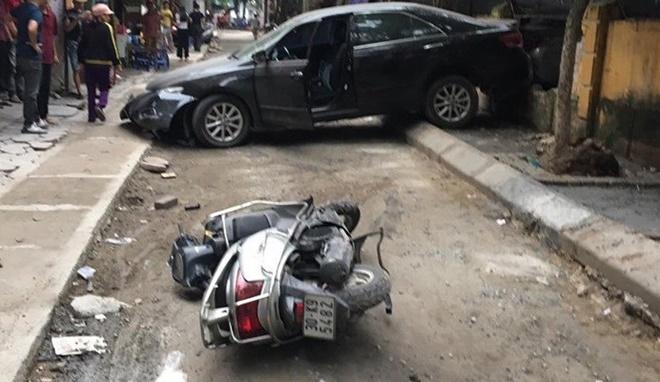 Hiện trường vụ nữ tài xế xe Camry lùi xe cán chết người trên phố Hà Nội - Ảnh 2