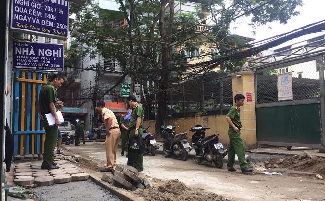 Hiện trường vụ nữ tài xế xe Camry lùi xe cán chết người trên phố Hà Nội - Ảnh 4