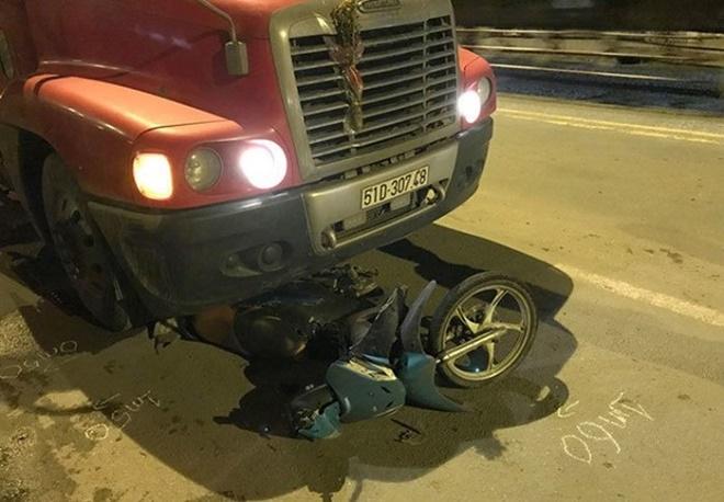 Lái xe đâm trúng cột mốc ven đường, hai người thương vong - Ảnh 3