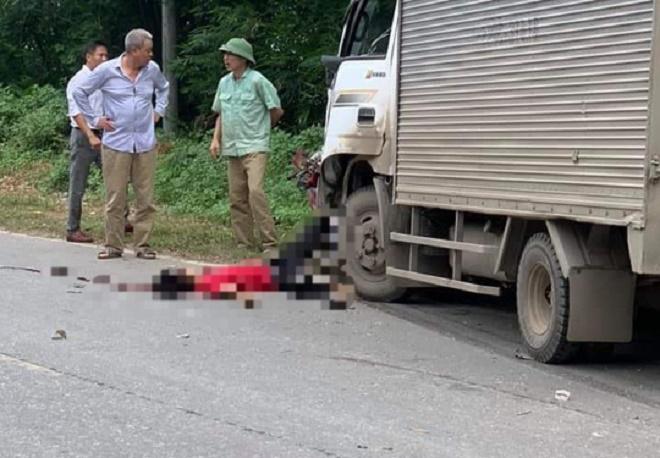 Hòa Bình: Xe máy đấu đầu xe tải, 2 người thương vong - Ảnh 1