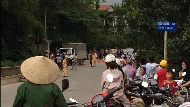 Hòa Bình: Xe máy đấu đầu xe tải, 2 người thương vong - Ảnh 2