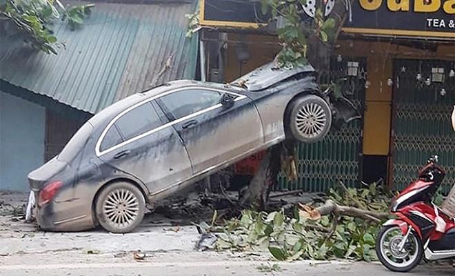 """Ô tô Mercedes mất lái """"leo"""" lên cây bàng, tài xế nhập viện - Ảnh 1"""