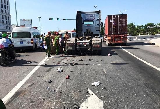 Va chạm xe chạy cùng chiều, nam công nhân chết thảm dưới gầm xe container - Ảnh 1