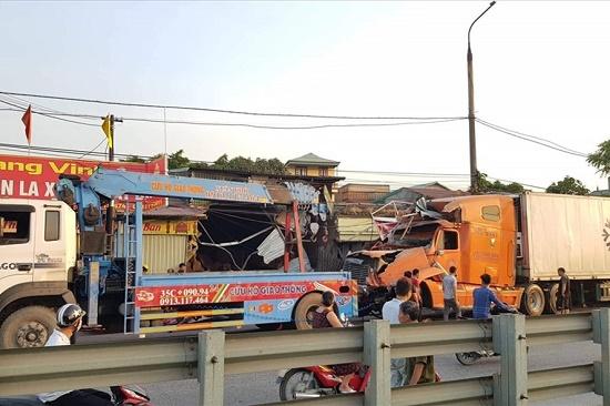 Xe container mất lái tông sập 4 nhà dân tại Nam Định - Ảnh 2