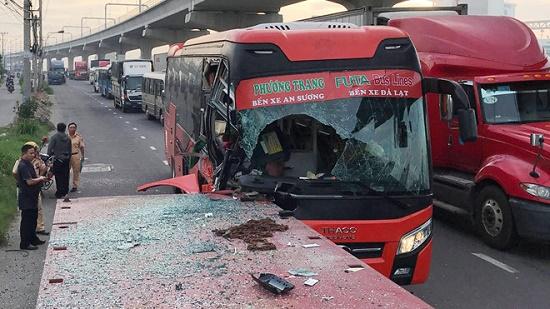 Xe khách tông mạnh vào đuôi xe kéo đỗ ven đường, một người tử vong - Ảnh 1
