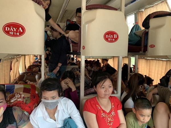 Cảnh nhồi nhét kinh hoàng xe khách dịp nghỉ lễ 30/4-1/5: Xe 45 chỗ chở 104 người - Ảnh 1