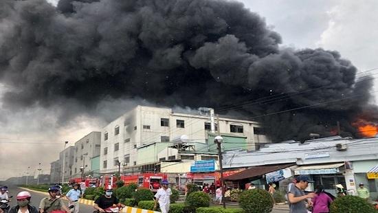 Cháy lớn, khói đen bốc lên ngùn ngụt tại khu công nghiệp ở Bình Dương - Ảnh 3