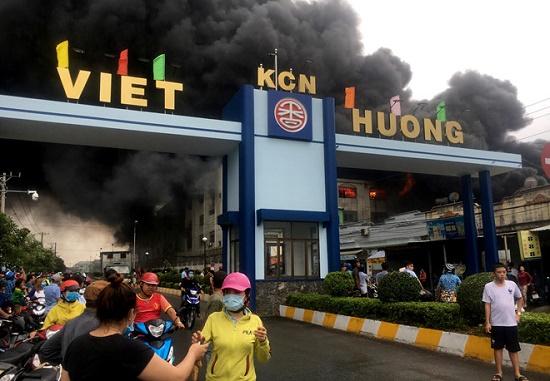 Cháy lớn, khói đen bốc lên ngùn ngụt tại khu công nghiệp ở Bình Dương - Ảnh 1