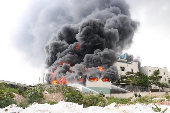Cháy lớn, khói đen bốc lên ngùn ngụt tại khu công nghiệp ở Bình Dương - Ảnh 4
