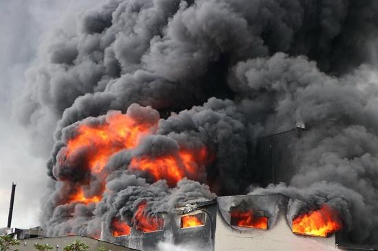 Cháy lớn, khói đen bốc lên ngùn ngụt tại khu công nghiệp ở Bình Dương - Ảnh 5