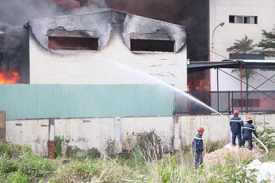 Cháy lớn, khói đen bốc lên ngùn ngụt tại khu công nghiệp ở Bình Dương - Ảnh 6