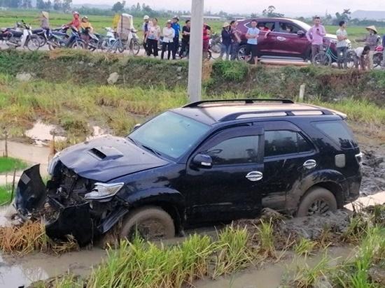 1 người dân bị thương vì xe cảnh sát giao thông mất lái tông vào nhà - Ảnh 2