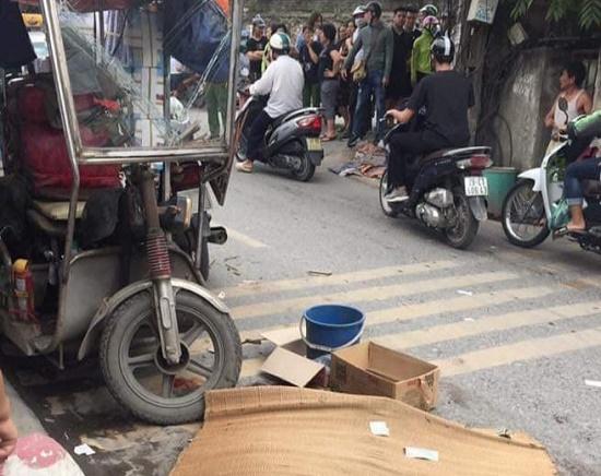 Xe ba bánh lật nghiêng đè người đàn ông tử vong trên phố Hà Nội - Ảnh 1