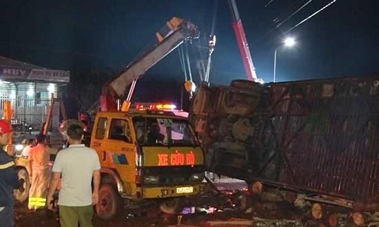 Hiện trường kinh hoàng vụ lật xe khách trong đêm khiến 19 người thương vong tại Đồng Nai - Ảnh 3