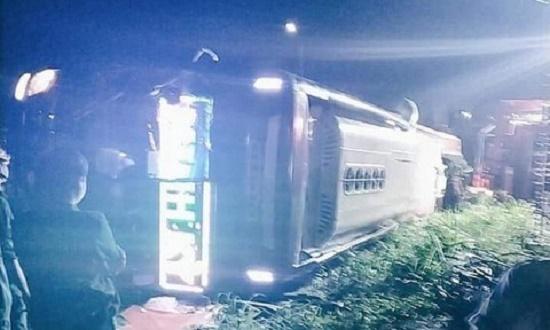 Hiện trường kinh hoàng vụ lật xe khách trong đêm khiến 19 người thương vong tại Đồng Nai - Ảnh 4