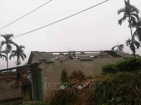 Mưa, lốc xoáy tại Yên Bái khiến 1 người chết, gần 50 ngôi nhà bị tốc mái - Ảnh 1