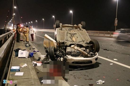 Tai nạn giao thông kinh hoàng trên cầu Nhật Tân, ô tô Mazda lật ngửa, tài xế nguy kịch - Ảnh 1
