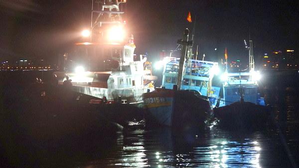 Xuyên đêm cứu cùng lúc hai tàu cá gặp nạn tại vùng biển Hoàng Sa - Ảnh 1